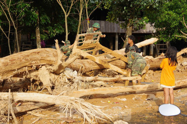 Sau bão lũ, một xã ở Quảng Trị ngập trong lớp bùn dày gần 1 mét - Ảnh 9.
