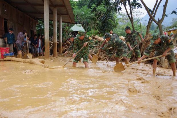 Sau bão lũ, một xã ở Quảng Trị ngập trong lớp bùn dày gần 1 mét - Ảnh 10.
