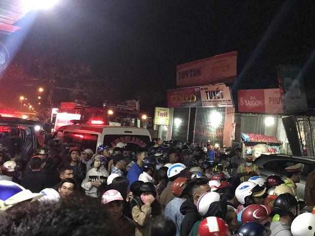 Hiện trường vụ xe điên tông vào nhà dân ở Quảng Ngãi, làm nhiều người chết - Ảnh 10.
