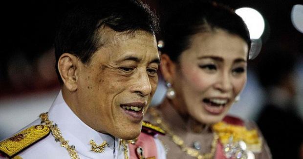 Vua Thái Lan bí mật nhập viện sau khi vệ sĩ riêng nhiễm COVID-19 - Ảnh 1.