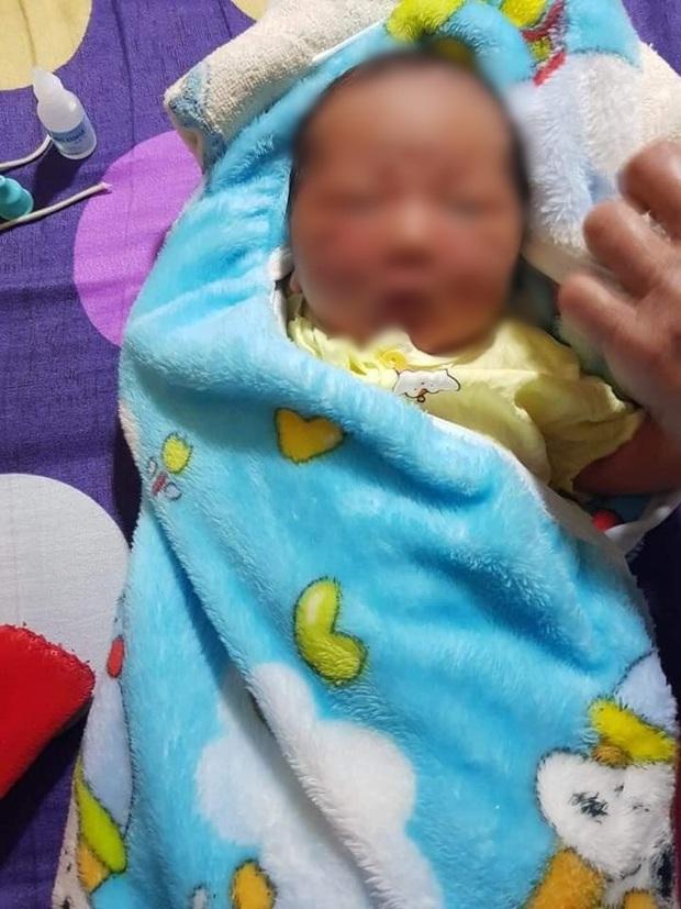 Phát hiện bé gái sơ sinh bị bỏ rơi trong đêm - Ảnh 1.