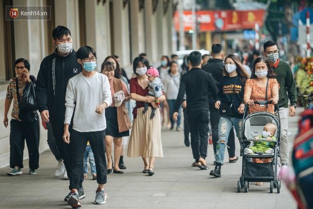 Ảnh: Trời se lạnh tuyệt đẹp trong ngày cuối tuần, người Hà Nội đổ xô lên phố đi bộ vui chơi - Ảnh 2.