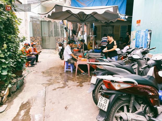 Tìm đến mì chửi đắt khách nhất Sài Gòn sau lùm xùm trên mạng: Cứ 5 phút nghe chửi 1 lần, khách đến ăn im thin thít vì sợ - Ảnh 2.