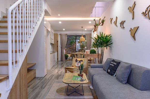 Ngôi nhà 62m2 ở Đà Nẵng có mặt tiền lệch tầng độc đáo, không gian bên trong tuy đơn giản nhưng cực chill - Ảnh 2.