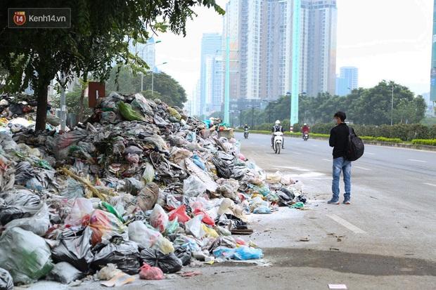 Ảnh, clip: Người Hà Nội lại ngộp thở vì rác thải chất thành đống, công nhân môi trường phải rắc vôi trắng để tạm xử lý mùi hôi - Ảnh 5.