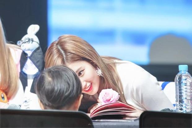 4 nữ thần Kpop đã đẹp còn miễn nhiễm với phốt thái độ: Yoona, Tzuyu nổi tiếng là có lý do, Sana thế nào mà bao sao nam mê mẩn? - Ảnh 12.
