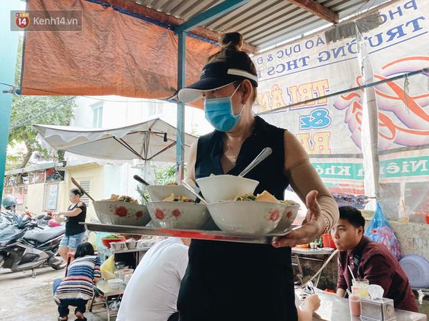 Tìm đến mì chửi đắt khách nhất Sài Gòn sau lùm xùm trên mạng: Cứ 5 phút nghe chửi 1 lần, khách đến ăn im thin thít vì sợ - Ảnh 6.
