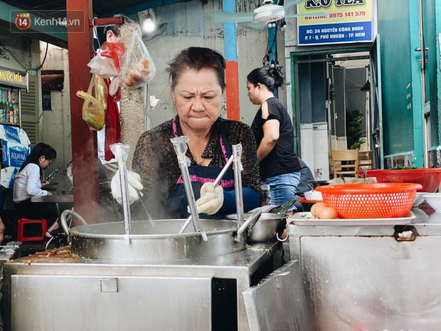 Tìm đến mì chửi đắt khách nhất Sài Gòn sau lùm xùm trên mạng: Cứ 5 phút nghe chửi 1 lần, khách đến ăn im thin thít vì sợ - Ảnh 4.