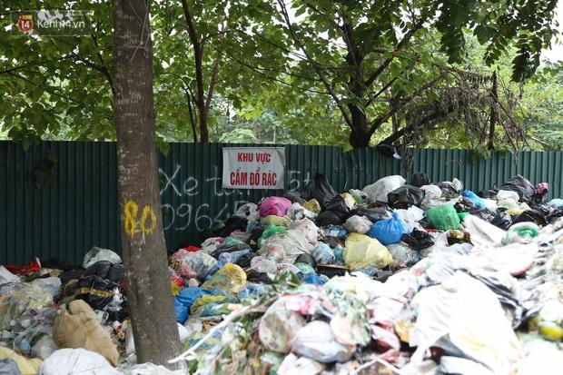 Ảnh, clip: Người Hà Nội lại ngộp thở vì rác thải chất thành đống, công nhân môi trường phải rắc vôi trắng để tạm xử lý mùi hôi - Ảnh 6.