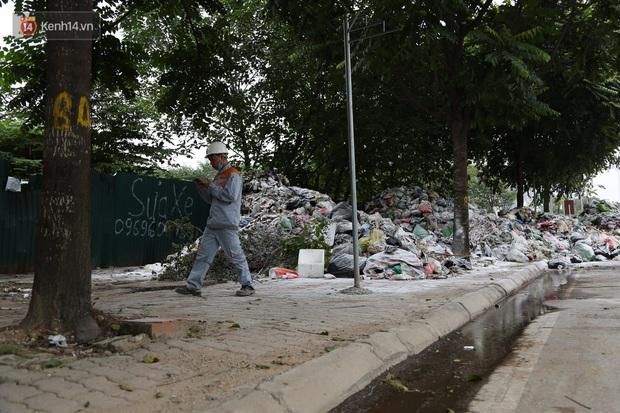 Ảnh, clip: Người Hà Nội lại ngộp thở vì rác thải chất thành đống, công nhân môi trường phải rắc vôi trắng để tạm xử lý mùi hôi - Ảnh 3.