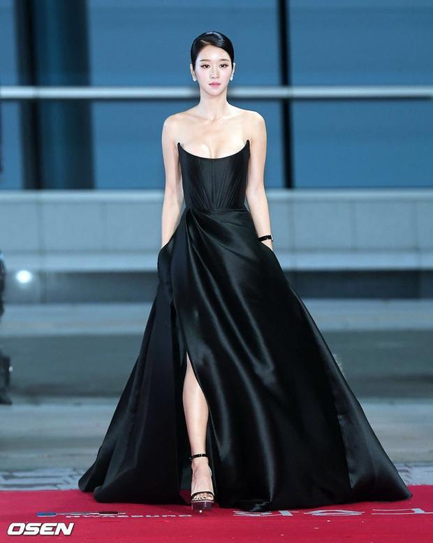 Sao nữ trên thảm đỏ tuần qua: Váy đen dễ mặc là thế nhưng Tống Thiến vẫn bị réo tên - Ảnh 1.
