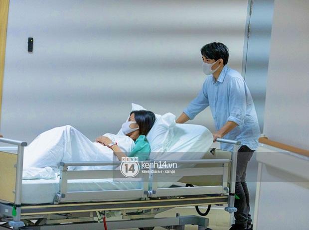 Độc quyền: Đông Nhi đã vào phòng sinh, Ông Cao Thắng túc trực từ 3h sáng cùng vợ chờ đón con gái đầu lòng - Ảnh 3.