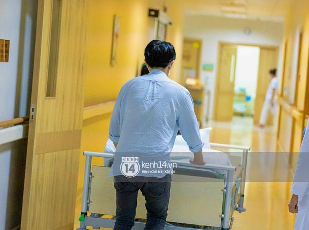 Độc quyền: Đông Nhi đã vào phòng sinh, Ông Cao Thắng túc trực từ 3h sáng cùng vợ chờ đón con gái đầu lòng - Ảnh 6.