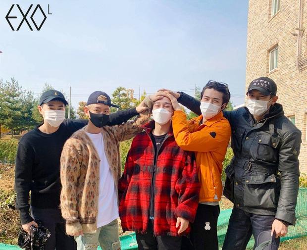 Ông bố bỉm sữa Chen chính thức lên đường nhập ngũ, hành động nhỏ hé lộ luôn tương lai của EXO sau lùm xùm cưới xin - Ảnh 4.