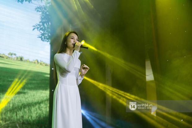 Uyên Linh - Quốc Thiên song ca tình tứ, Ái Phương hát bằng cả 2 thứ tiếng, Erik thăng hoa với hit trăm triệu view tại đêm nhạc Việt Nam Tử Tế - Ảnh 6.