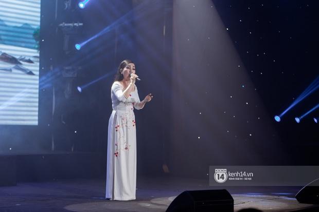 Uyên Linh - Quốc Thiên song ca tình tứ, Ái Phương hát bằng cả 2 thứ tiếng, Erik thăng hoa với hit trăm triệu view tại đêm nhạc Việt Nam Tử Tế - Ảnh 7.