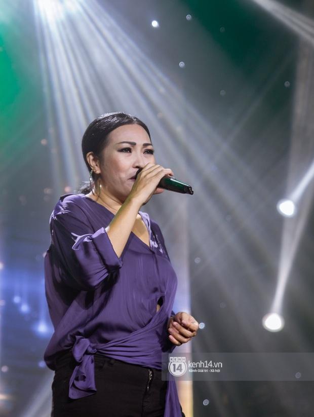 Uyên Linh - Quốc Thiên song ca tình tứ, Ái Phương hát bằng cả 2 thứ tiếng, Erik thăng hoa với hit trăm triệu view tại đêm nhạc Việt Nam Tử Tế - Ảnh 9.