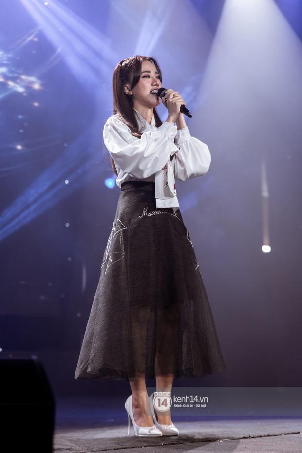 Uyên Linh - Quốc Thiên song ca tình tứ, Ái Phương hát bằng cả 2 thứ tiếng, Erik thăng hoa với hit trăm triệu view tại đêm nhạc Việt Nam Tử Tế - Ảnh 10.