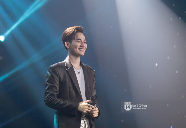 Uyên Linh - Quốc Thiên song ca tình tứ, Ái Phương hát bằng cả 2 thứ tiếng, Erik thăng hoa với hit trăm triệu view tại đêm nhạc Việt Nam Tử Tế - Ảnh 14.