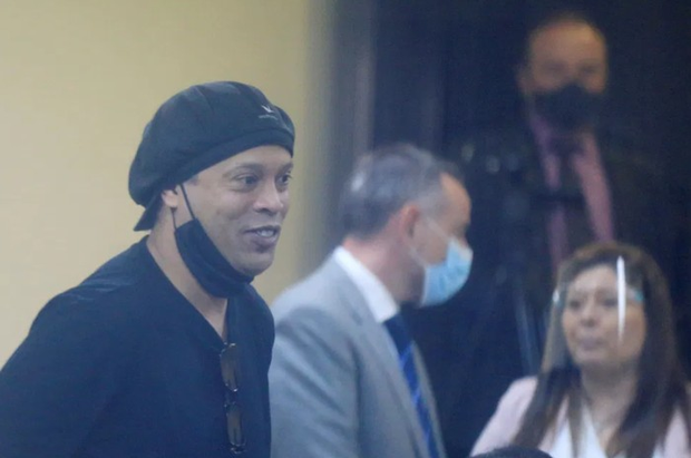 Một năm sóng gió với Ronaldinho: Hết rơi vào vòng tù tội lại đến nhiễm Covid-19 - Ảnh 1.
