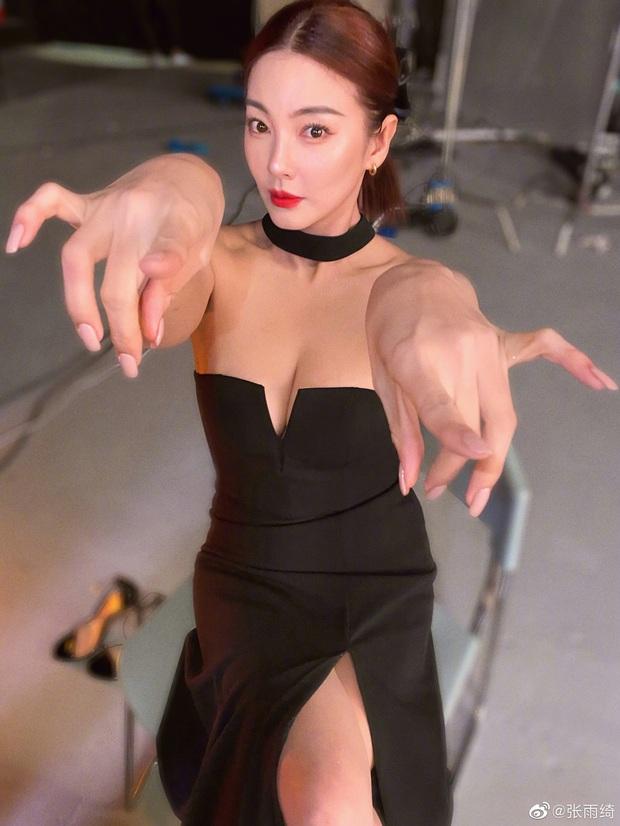 """Cả Weibo """"ngộp thở"""" với ảnh hậu trường của Song Hye Kyo Trung Quốc: Vòng một căng tràn, nhan sắc mẹ 2 con đây ư? - Ảnh 3."""
