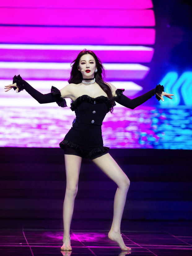 """Cả Weibo """"ngộp thở"""" với ảnh hậu trường của Song Hye Kyo Trung Quốc: Vòng một căng tràn, nhan sắc mẹ 2 con đây ư? - Ảnh 7."""