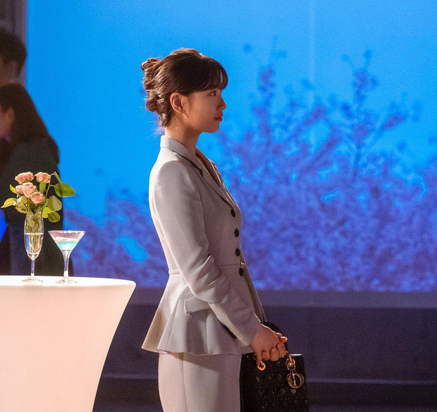 Phim vừa chiếu, Suzy đã khiến netizen tranh cãi nảy lửa vì vào vai nghèo rớt mồng tơi mà lại diện túi Dior trăm triệu - Ảnh 3.