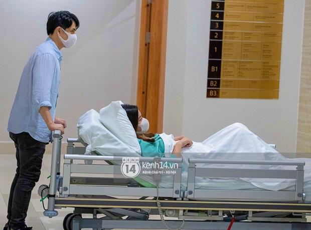 Sau gần 1 ngày vào viện, Đông Nhi chuyển phòng đẻ mổ, hạ sinh con gái nặng 3,06kg - Ảnh 11.