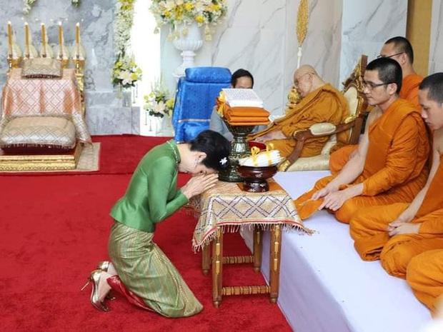 Hoàng quý phi Thái Lan gây sốt cộng đồng mạng nhờ một chi tiết thể hiện sự duyên dáng, phong thái đầy chuẩn mực hiếm ai có được - Ảnh 1.