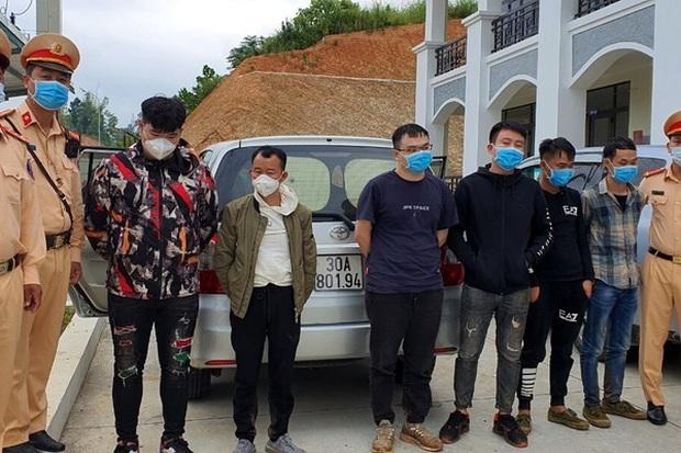 Giữa đêm, chặn bắt 3 ô tô chở 20 người nhập cảnh trái phép trên cao tốc Hà Nội - Hải Phòng - Ảnh 1.