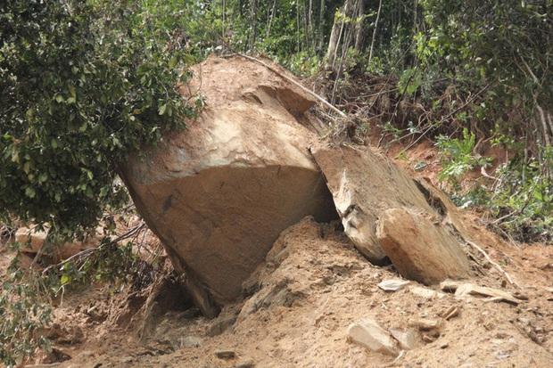 Người dân nín thở đi dưới khối đá 30 tấn lộ ra sau mưa lũ - Ảnh 2.