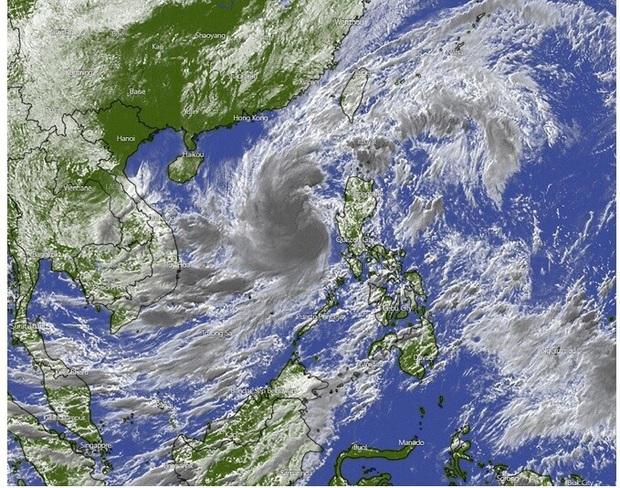 Ngày 27/10, bão số 9 giật cấp 17 di chuyển nhanh 20-25km và bắt đầu ảnh hưởng đến đất liền từ Đà Nẵng đến Phú Yên - Ảnh 1.