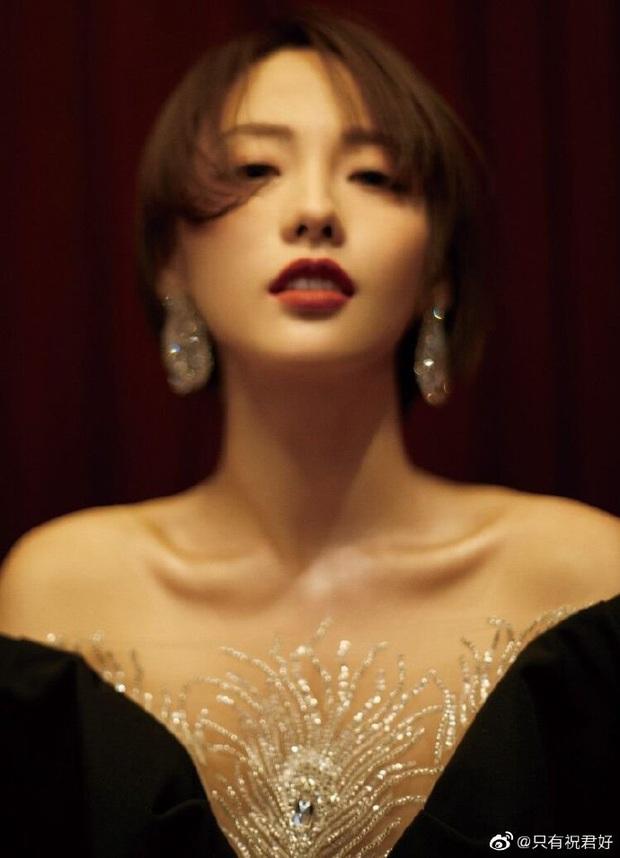 3 sự cố váy áo tại Elle Style Awards 2020: Trương Gia Nghê rơi khuyên tai, Giang Sơ Ảnh giẫm lên váy - Ảnh 3.