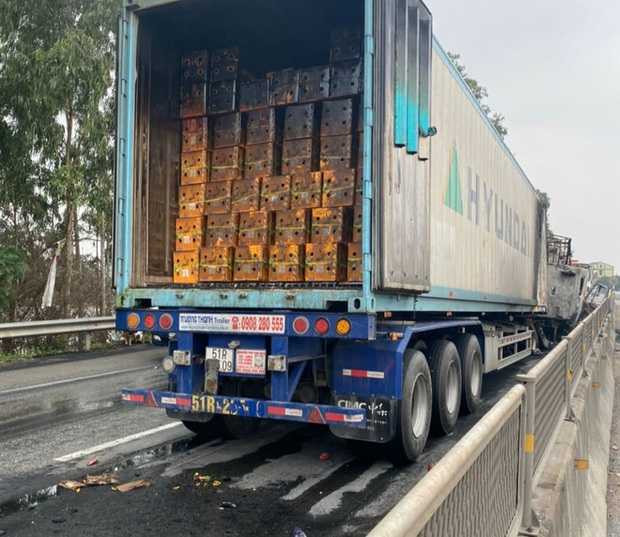 Tai nạn liên hoàn, xe container đấu đầu xe tải rồi 2 xe cháy trơ khung trên Quốc lộ 1A - Ảnh 7.