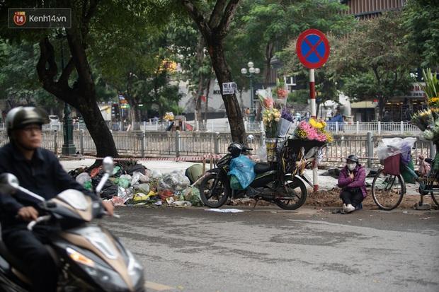 Ảnh, clip: Người Hà Nội lại ngộp thở vì rác thải chất thành đống, công nhân môi trường phải rắc vôi trắng để tạm xử lý mùi hôi - Ảnh 13.