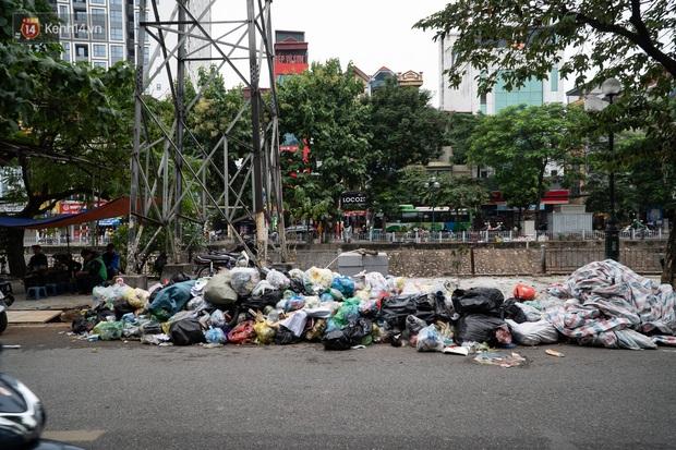 Ảnh, clip: Người Hà Nội lại ngộp thở vì rác thải chất thành đống, công nhân môi trường phải rắc vôi trắng để tạm xử lý mùi hôi - Ảnh 10.