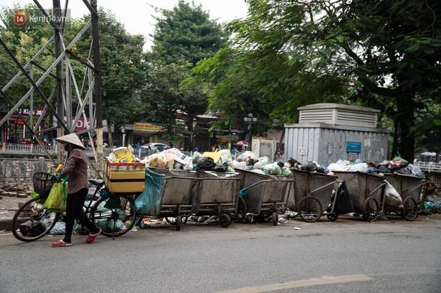 Ảnh, clip: Người Hà Nội lại ngộp thở vì rác thải chất thành đống, công nhân môi trường phải rắc vôi trắng để tạm xử lý mùi hôi - Ảnh 14.