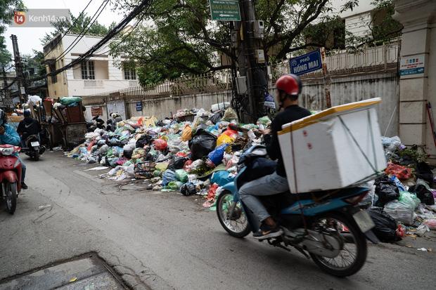 Ảnh, clip: Người Hà Nội lại ngộp thở vì rác thải chất thành đống, công nhân môi trường phải rắc vôi trắng để tạm xử lý mùi hôi - Ảnh 15.