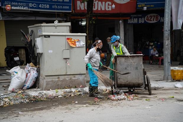 Ảnh, clip: Người Hà Nội lại ngộp thở vì rác thải chất thành đống, công nhân môi trường phải rắc vôi trắng để tạm xử lý mùi hôi - Ảnh 18.