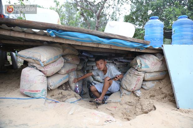 Người dân Quảng Nam đào hầm, đưa cả nhà xuống trú ẩn để tránh bão số 9 - Ảnh 2.