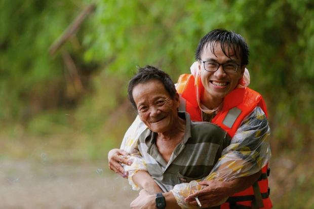 Chàng trai Quảng Nam 15 ngày dầm mình trong mưa lũ cứu trợ bà con: Miền Trung sinh ra bọn mình sức dài vai rộng, bọn mình trở về gánh vác phụ miền Trung - Ảnh 1.