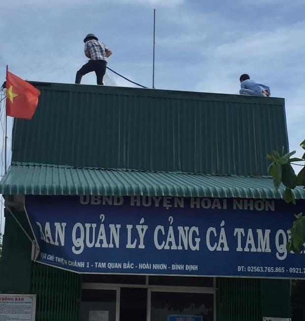 Bình Định: Người dân gần tâm bão số 9 hối hả dùng bao nước chằng chống nhà tốc mái - Ảnh 2.