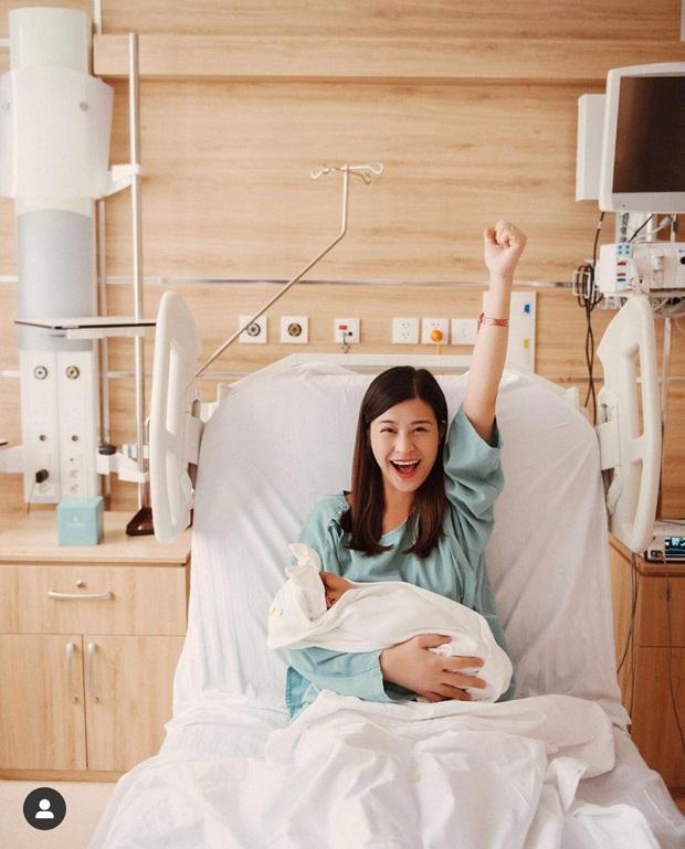 Đông Nhi khoe bức ảnh gia đình 3 người đầu tiên, hé lộ khoảnh khắc Ông Cao Thắng bật khóc khi đón con gái chào đời - Ảnh 3.