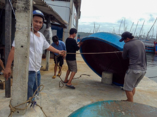 Ngư dân Bình Định tấp nập gia cố tàu thuyền tránh bão số 9 đang vào bờ - Ảnh 4.