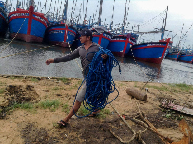 Ngư dân Bình Định tấp nập gia cố tàu thuyền tránh bão số 9 đang vào bờ - Ảnh 7.