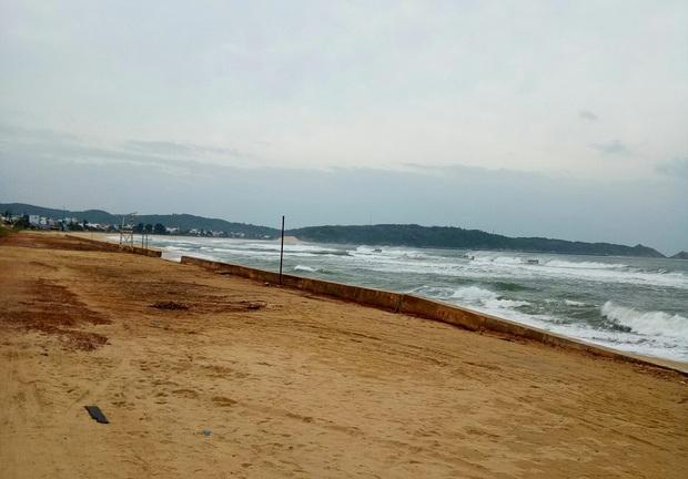 Ngư dân Bình Định tấp nập gia cố tàu thuyền tránh bão số 9 đang vào bờ - Ảnh 9.