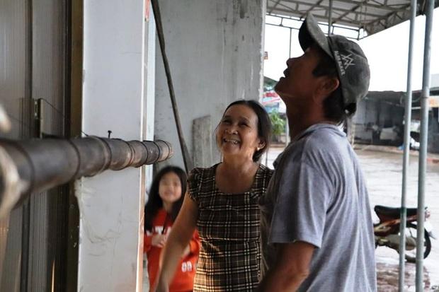 Người dân ven biển Quảng Ngãi cố chằng chống nhà cửa trước khi bão số 9 đổ bộ: Giờ nhà cửa mình đã cố giữ, nếu mất thì đành chịu thôi - Ảnh 4.