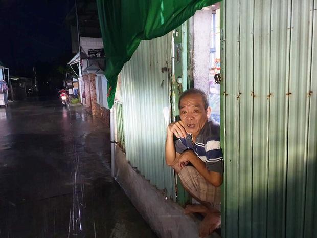 Người dân ven biển Quảng Ngãi cố chằng chống nhà cửa trước khi bão số 9 đổ bộ: Giờ nhà cửa mình đã cố giữ, nếu mất thì đành chịu thôi - Ảnh 6.