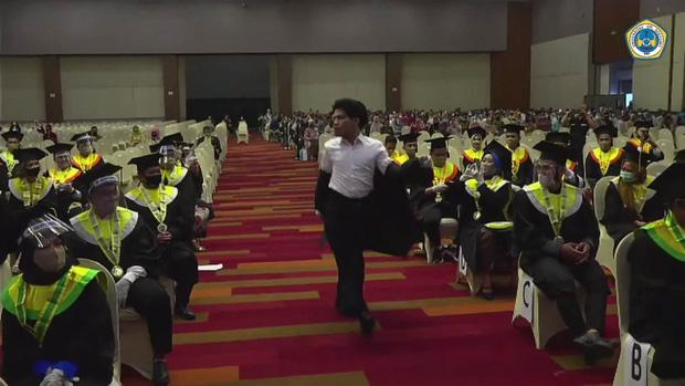 Được hiệu trưởng mời nhảy How You Like That trong lễ tốt nghiệp, nam sinh lên quẩy hết mình luôn không nói nhiều - Ảnh 3.