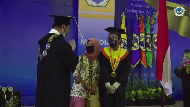 Được hiệu trưởng mời nhảy How You Like That trong lễ tốt nghiệp, nam sinh lên quẩy hết mình luôn không nói nhiều - Ảnh 2.